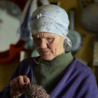 Бабушка штопает :: anton dsgn