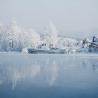 Холодное зимнее утро на причале стоят судна закованные льдом р.н Усть-Каменогорская ГЭС :: Андрей Акулинин
