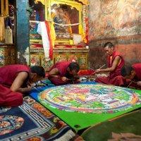 Монахи в Тибетском монастыре за изготовлением мандалы :: Lena Pavlova