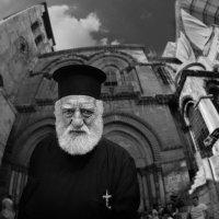 Иерусалим.Жанровый портрет христианского священника на фоне Храма Гроба Господня :: Михаил Левит