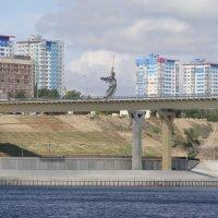 Родина-Мать на танцующем мосту :: Валерий Козырев