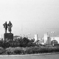 """Хабаровск 1950-ые. """"Ленин и солдат"""" :: Олег Афанасьевич Сергеев"""
