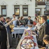 Батюшка освящает куличи, пасху и яйца.Xрам Всемилостивого Спаса в Митино.. :: Виктор Тараканов