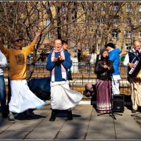 Кришнаиты на улицах Саратова :: Лариса Коломиец