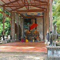 Камбоджа. Рядом с Ангкор-Ват старый разрушенный буддийский храм :: Владимир Шибинский