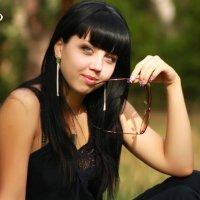 Девушка, держащая очки у рта :: OLIVKA Olivka