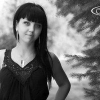Девушка около ели :: OLIVKA Olivka