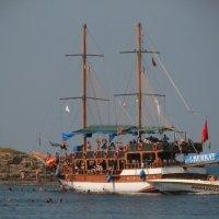 Корабль у острова :: Дмитрий Агафонов
