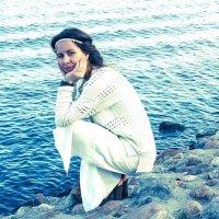 Красивая девушка в белом сидит на берегу реки :: Ирина Лунева
