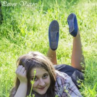 Девушка на траве :: Виктор Петров