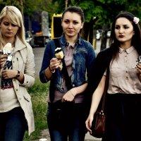 Девули с мороженкой :: Татьяна Литовчик