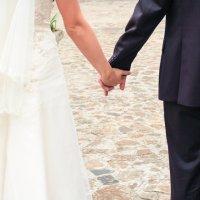 Молодожены держатся за руки :: Ирина Лунева