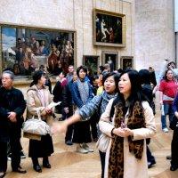 Японские туристы смотрят на Мона Лизу :: Андрей Дмитренко