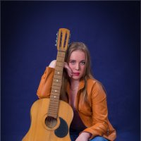 Девушка с гитарой :: Сергей Винтовкин