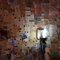 Стена денег из разных стран в мороженице :: Дмитрий Иванов