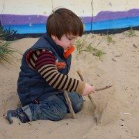 Мой Вовка играет на пляже :: Елена Мартынова