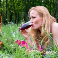 Бокал вина на природе... :: Константин Молдыбаев