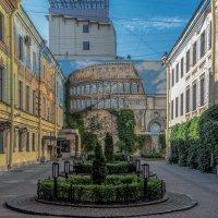 Симпатичный дворик :: Valeriy Piterskiy