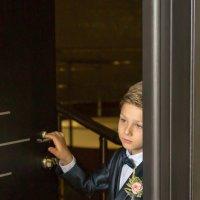 Сын невесты в ожидании мамы :: Андрей Корнеев