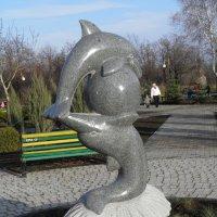 Дельфины и мячик :: Александр Кузин