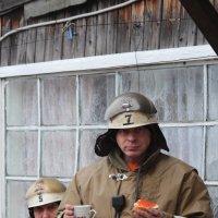 Пожарных напоили чаем с красной икрой за спасёный дом :: Johnny Knoxville
