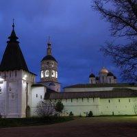 У стен монастыря :: Карпухин Сергей