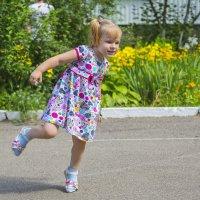 Девочка играет на площадке :: Николай Николенко
