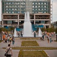 Новый городской фонтан :: Михаил Петрик