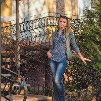 Портрет на лестнице с ажурными перилами :: Анатолий Тимофеев