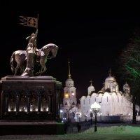 памятник князю Владимиру Красное Солнышко и святителю Федору на фоне Успенского собора :: Денис Шерышев