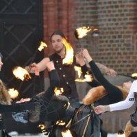 Огненное шоу перед Фридрихсбургскими воротами :: Татьяна Поломодова