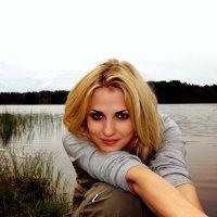 девушка у озера :: Алёна Савченкова