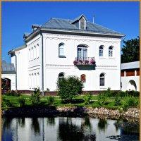 Монастырский пруд и постройка. :: Владимир Валов