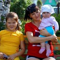 Мама с дочками... :: Наталья Агеева