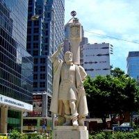 Памятник Жоржи Альварешу в Макао. За спиной Альвареша — королевский падран. :: Александр TS