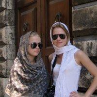 Перед католическим храмом :: Надежда Гусева