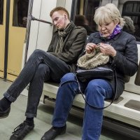 Люди в метро. Релакс. :: Алексей Окунеев
