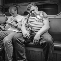 Люди в метро. Притомился. :: Алексей Окунеев