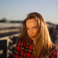 Очень красивая девушка на мосту :: Михаил Краев