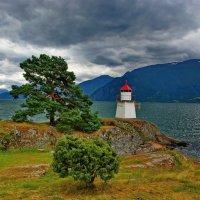 Маяк на берегу фьорда :: Николай Фарионов