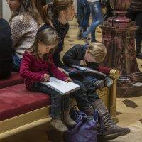 Дети с мамой в Эрмитаже :: Минихан Сафин
