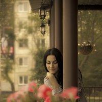 Девушка на веранде :: Дмитрий Тупиков