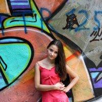 Девочка на фоне граффити :: Александр Синчуков