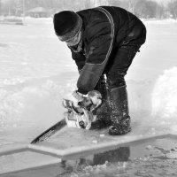Добыча льда на озере :: Сергей Берг