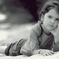 Грустная девочка на песке. :: Руслан Аминов
