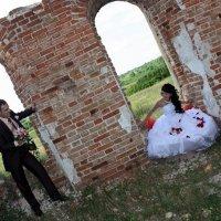 Свадебная прогулка на развалинах :: Наталия Белогур