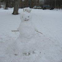 Апрельский  снеговик . :: Алексей Рыбаков