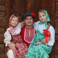 Красны девицы и добрый молодец. :: Инна Кузнецова