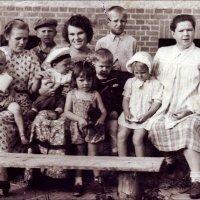 В закрытом пограничном городке. Жёны и дети офицеров. 1952 г. :: Нина Корешкова