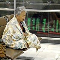 Таиланд.  Аэропорт Суварнабхуми. Китайская старушка - туристка :: Владимир Шибинский